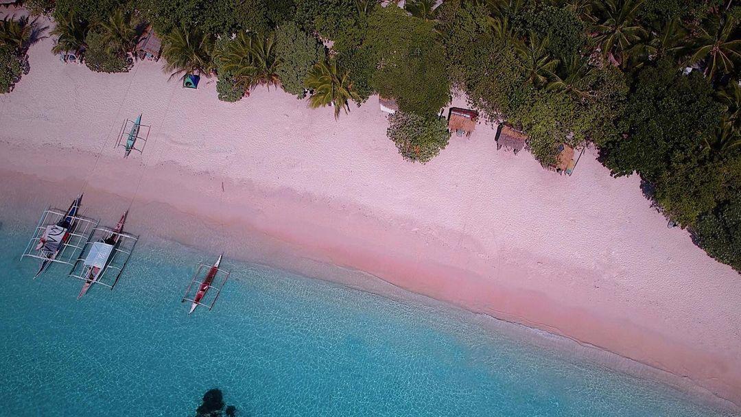 An aerial shot of the Silla Island, San Vicente Pink Beach in Northern Samar taken by Jet Santillan (@jetsantillan)